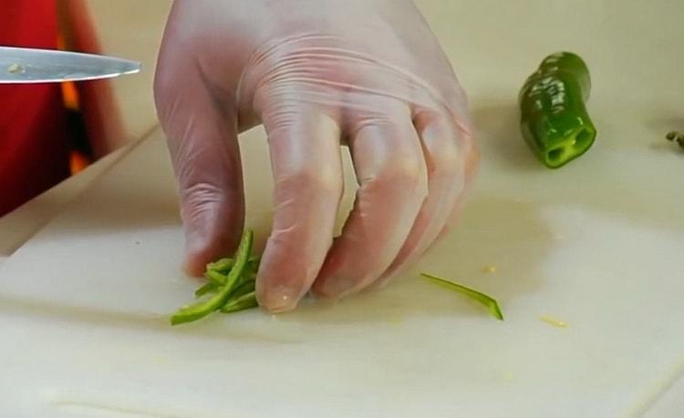 Для приготовления салата нарежьте перец