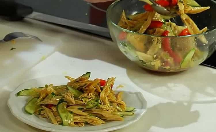 салат из спаржи готов