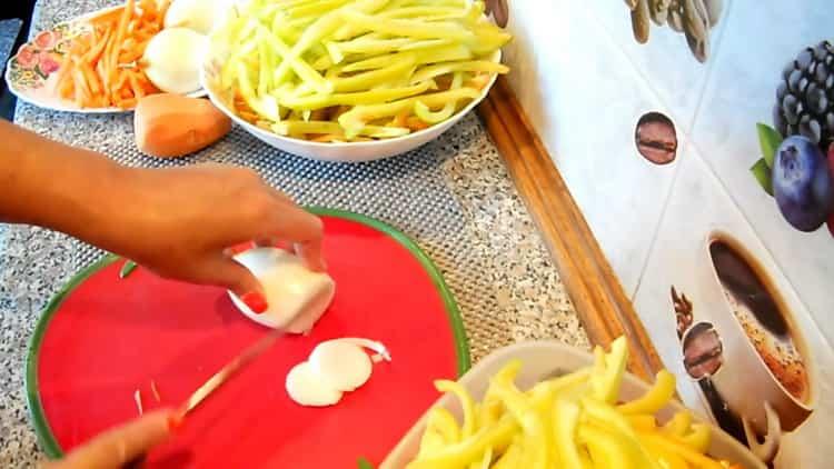Для приготовления лечо нарежьте лук
