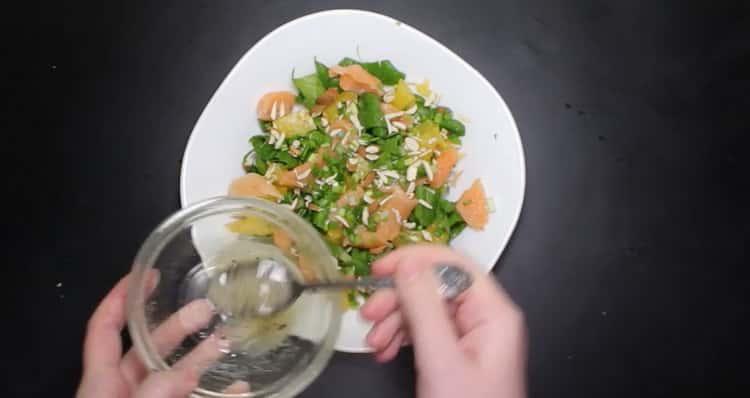 Для приготовления блюда полейте заправкой салат