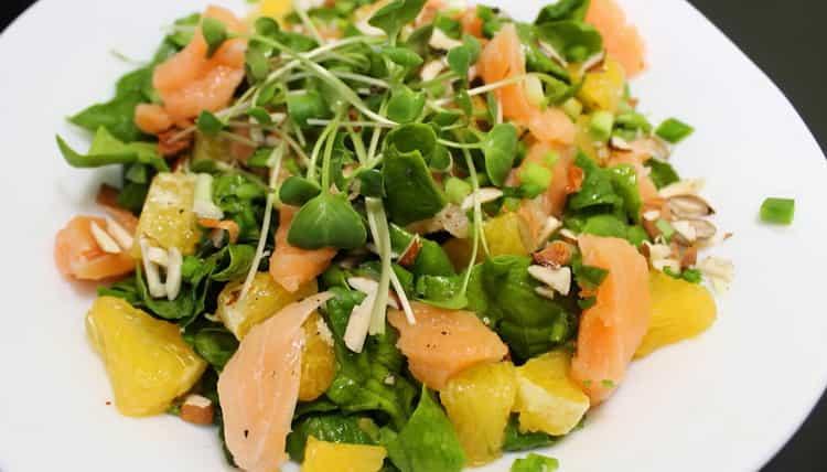 Салат со шпинатом и семгой - вкусный, сочный и полезный