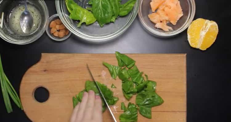 Для приготовления блюда нарежьте зелнь