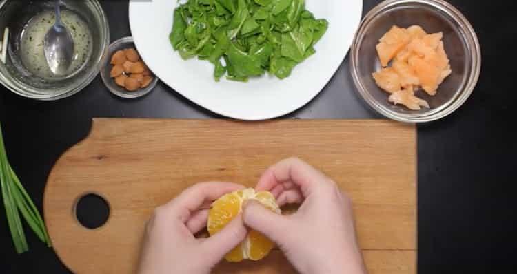 Для приготовления блюда нарежьте апельсин