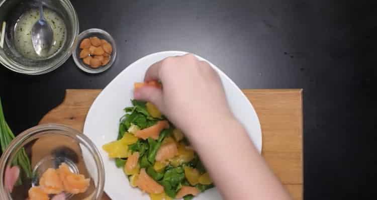 Для приготовления блюда нарежьте рыбу
