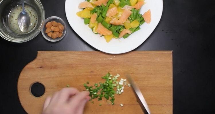 Для приготовления блюда нарежьте зеленый лук