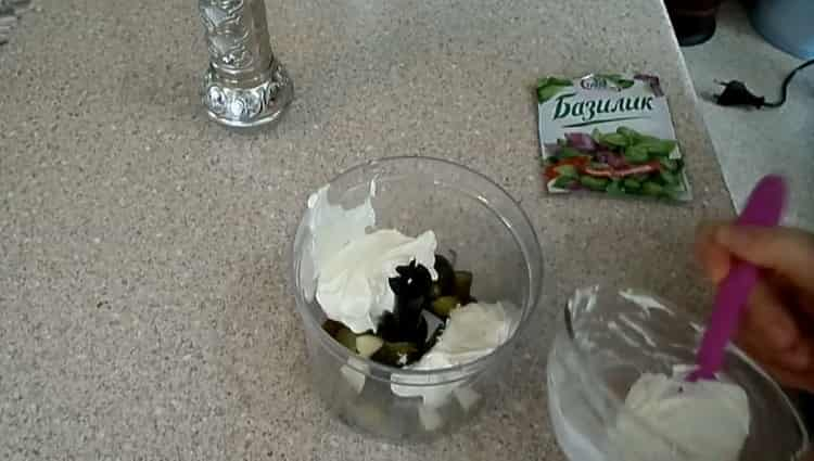 Для приготовления заправки, выложите ингредиенты в блендер