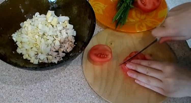 Для приготовления салата нарежьте помидоры