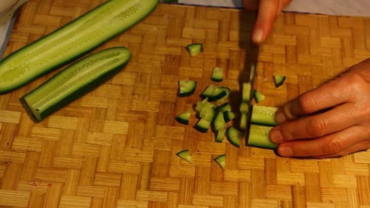 Для приготовления салата нарежьте огурцы