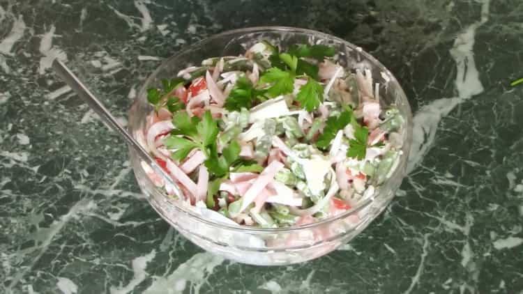салат с ветчиной и фасолью готов