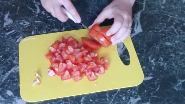 Для приготовления фасоли нарежьте помидоры
