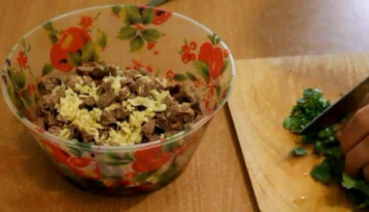 Для приготовления салата нарежьте кинзу