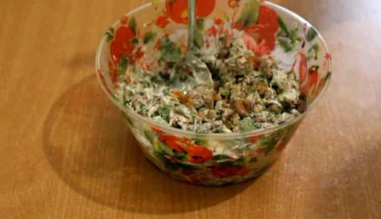 Для приготовления салата добавьте перец