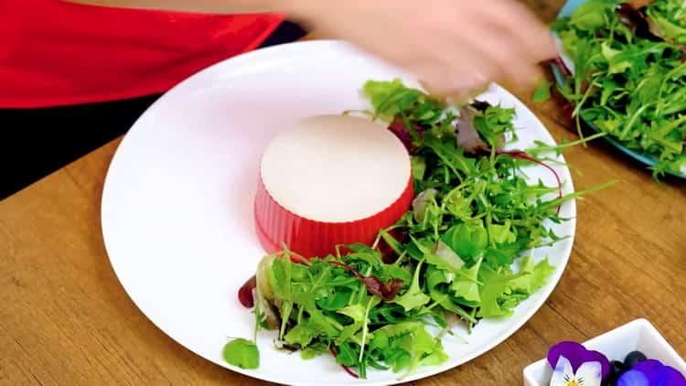 Для приготовления салата выложите листья салата