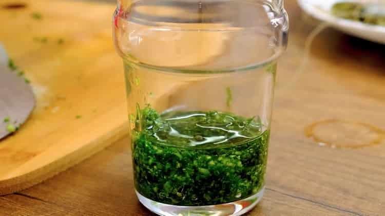 Для приготовления салата смешайте ингредиенты для соуса