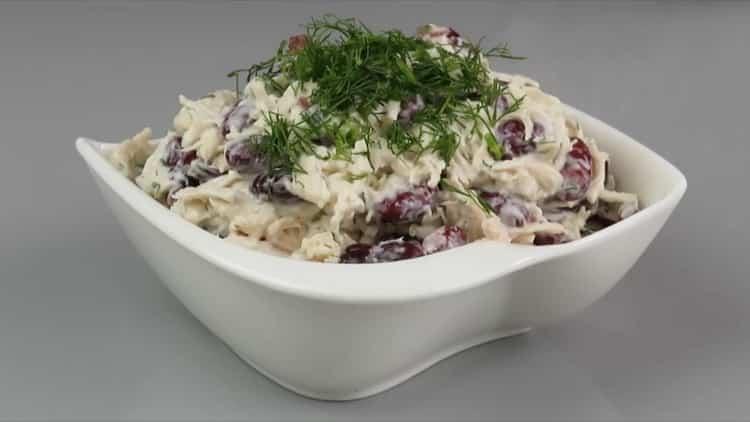 салат с куриной грудкой и фасолью готов