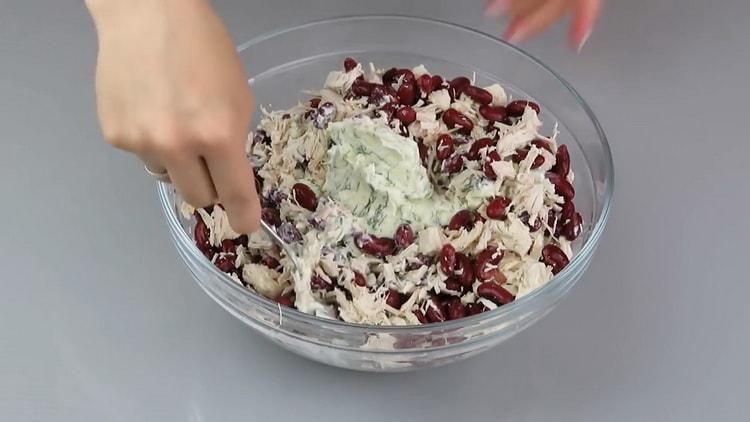 Для приготовления салата добавьте майонез