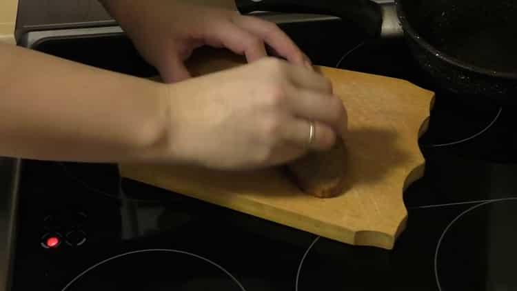 Для приготовления салата приготовьте сухари