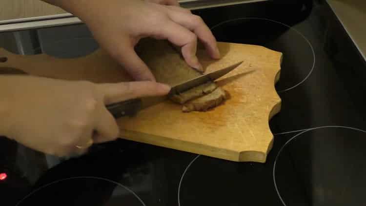 Для приготовления салата нарежьте хлеб