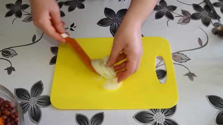 Для приготовления салата нарежьте лук
