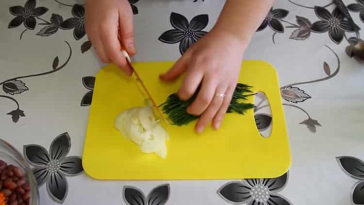 Для приготовления салата нарежьте зелень