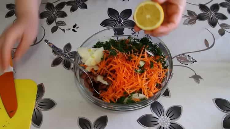 Для приготовления салата выдавите лимонный сок