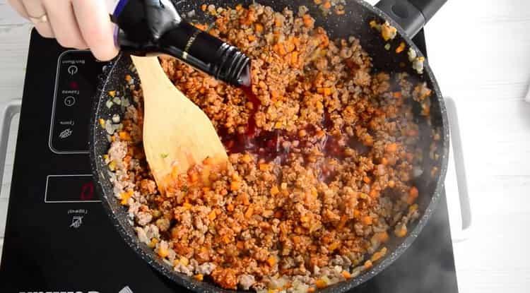 Для приготовления спагетти болоньезе добавьте вино
