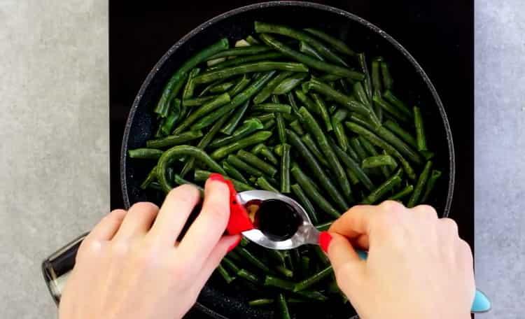 Для приготовления блюда добавьте соевый соус