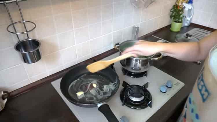 Для приготовления фасоли разогрейте сковородку