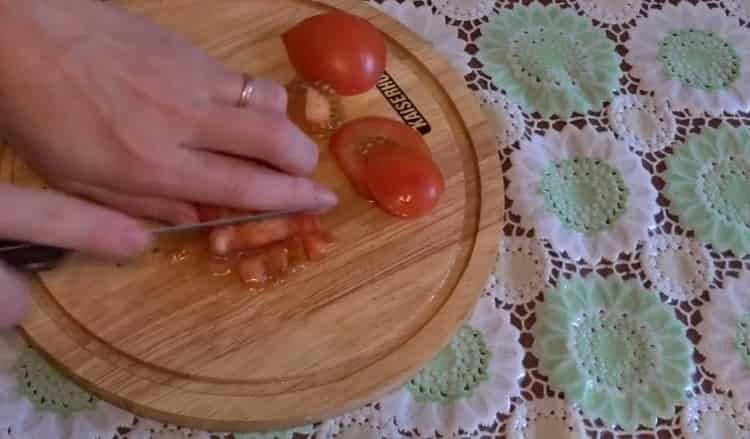 Для приготовления супа нарежьте помидоры