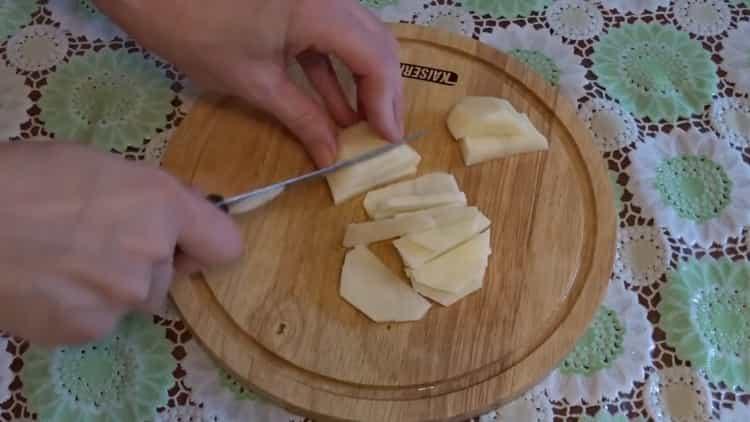 Для приготовления супа нарежьте картофель