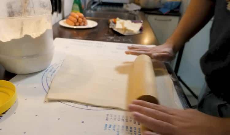 Для приготовления сосисок раскатайте тесто