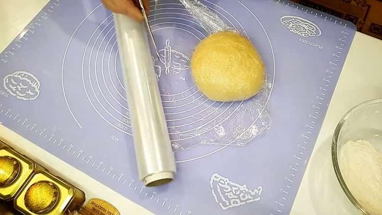 Для приготовления положите тесто на расстойку