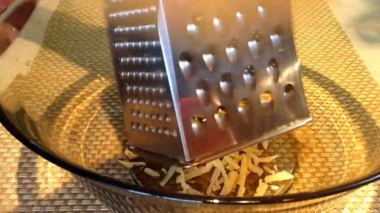 Для приготовления тефтелей натрите сыр