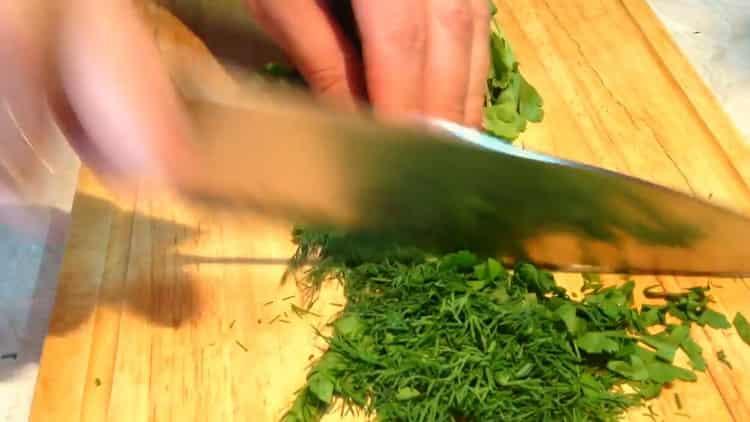 Для приготовления тефтелей нарежьте зелень