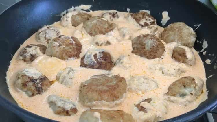 Для приготовления тефтелей залейте ингредиенты в кастрюлю