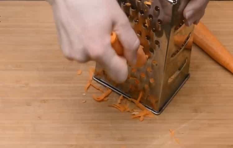 Для приготовления тефтелей натрите морковь