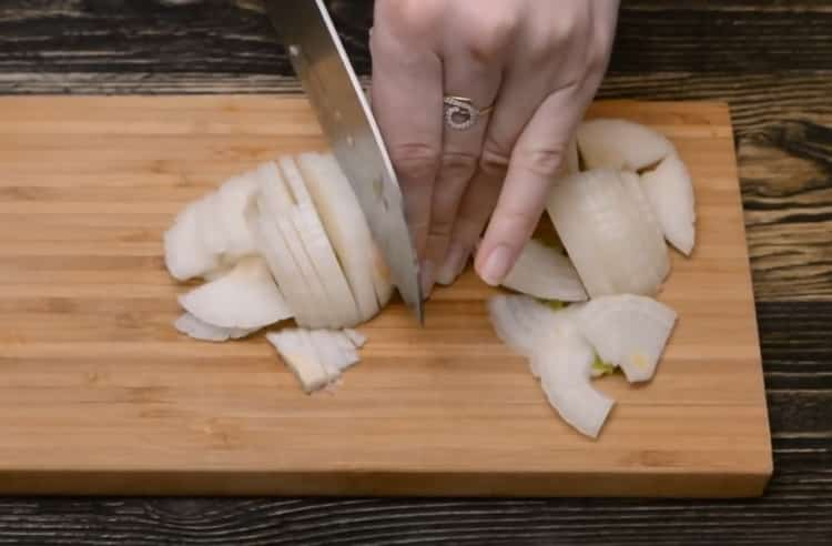 Для приготовления тефтелей натрите лук