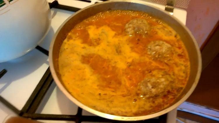 Для приготовления тефтелей положите тефтели в соус