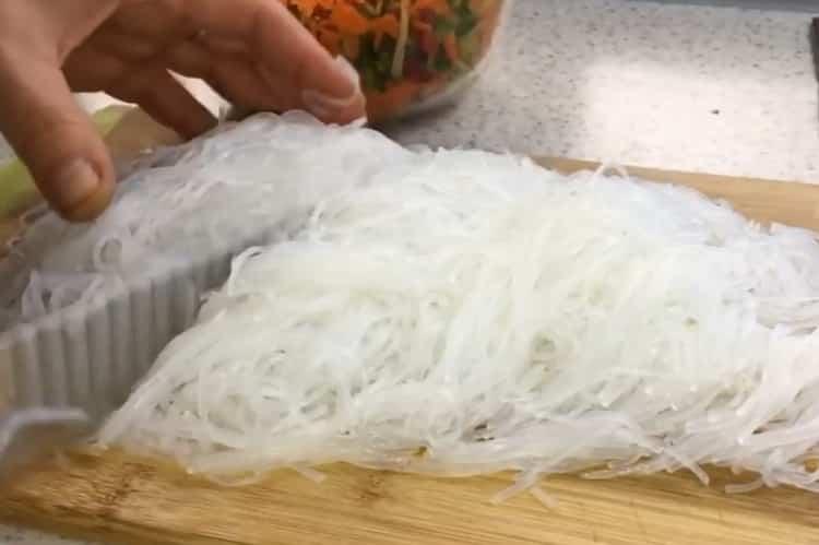 Для приготовления фрунчезы нарежьте лапшу