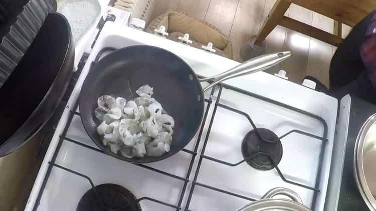 Для приготовления салата обжарьте креветок