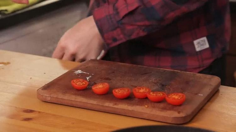Для приготовления салата нарежьте черри