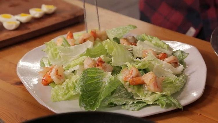 Для приготовления салата выложите креветки на салат
