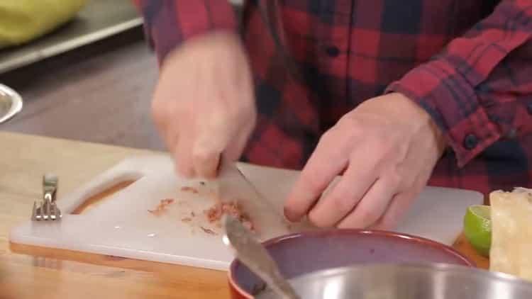 Для приготовления салата, нарежьте анчоусы