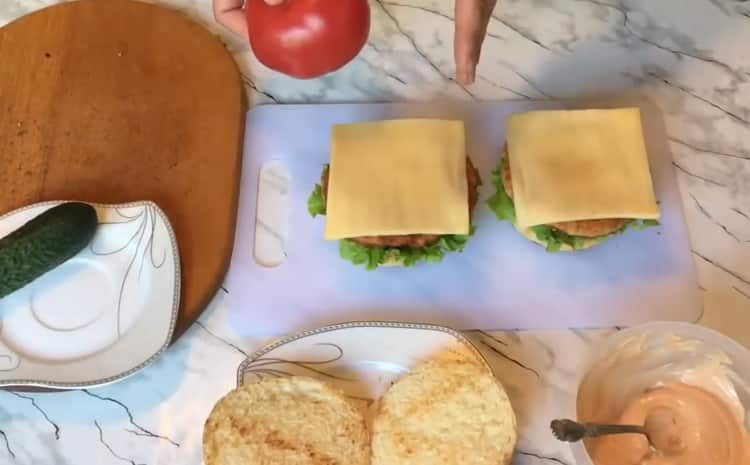 Для приготовления чикенбургера, положите сыр на булку