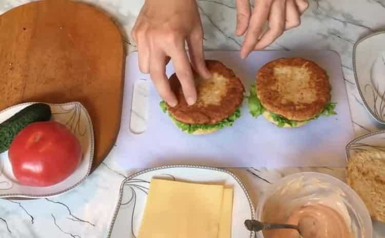 Для приготовления чикенбургера, положите котлету на булку
