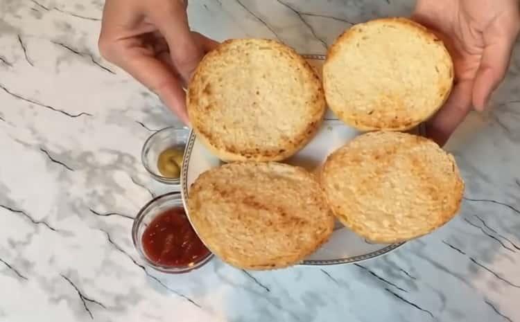 Для приготовления чикенбургера, подсушите булку