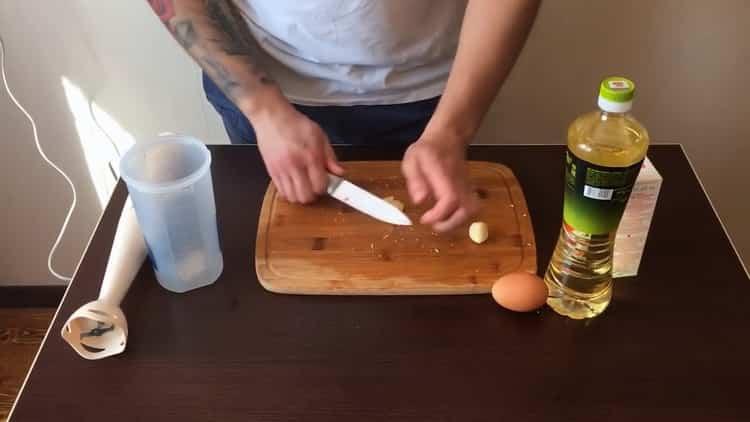 Для приготовления классической шаурмы, нарежьте чеснок
