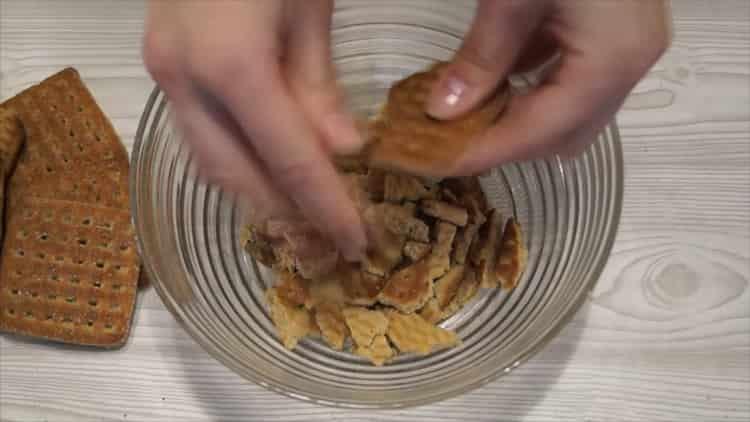 Для приготовления десерта покрошите печенье