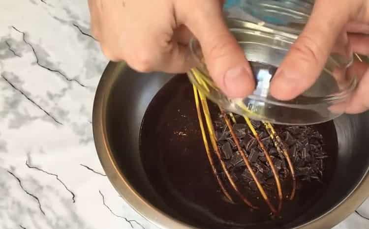 Для приготовления мороженого добавьте шоколад