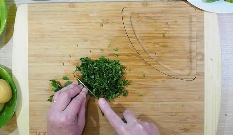 Для приготовления драников нарежьте зелень